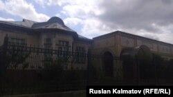 Кадыржан Батыровдун талашка түшкөн үйү, Сузак району