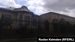 Дом сына Кадыржана Батырова в селе Дмитриевка.