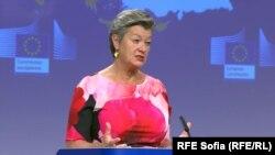 Комисарят по вътрешните работи на ЕС Илва Йохансон заяви, че всички вътрешни проверки по границите трябва да бъдат преустановени до 30 юни