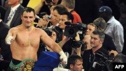 Український боксер Віталій Кличко святкує перемогу над суперником Хуаном Карлосом Гомесом, Штутгарт, 21 травня 2009 р.