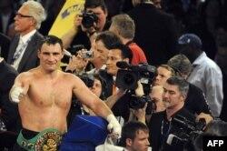 Український боксер Віталій Кличко святкує перемогу над суперником Хуаном Карлосом Гомесом, Штутгарт, 21 травня 2009 року