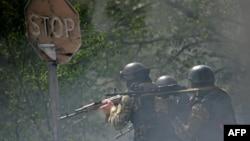 Украинские силы безопасности в восточной части города Славянск. 24 апреля 2014 года.