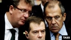 Russian President Dmitry Medvedev (center) flanked by Foreign Minister Sergei Lavrov (right) and Kremlin foreign-policy aide Sergei Prikhodko at a UN Security Council meeting on September 24
