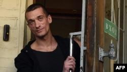 Петр Павленский выходит из здания суда. 8 июня 2016 г.