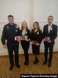Артур Покатилов (крайний слева) с ребятами из своего поисково-спасательного отряда после награждения