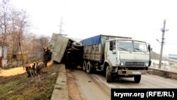 В Керчи опрокинулся прицеп с зерном кукурузы, 7 февраля 2017 года