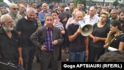 Заза Саралидзе (второй справа) и Малхаз Мачаликашвили (с мегофоном) на акции протеста в центре Гори