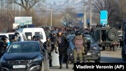 Полиция арнаулы жасағы Масанчи ауылы (негізінен дүнгендер тұратын) мен қазақтар көп тұратын Қаракемер ауылы арасындағы жолды жауып тұр. Қордай ауданы, Жамбыл облысы, 8 ақпан 2020 жыл.