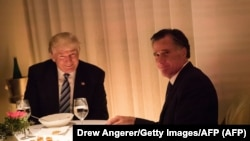 Izabrani predsjednik SAD Donald Trump i Mitt Romney na večeri u New York City 29. novembra 2016.