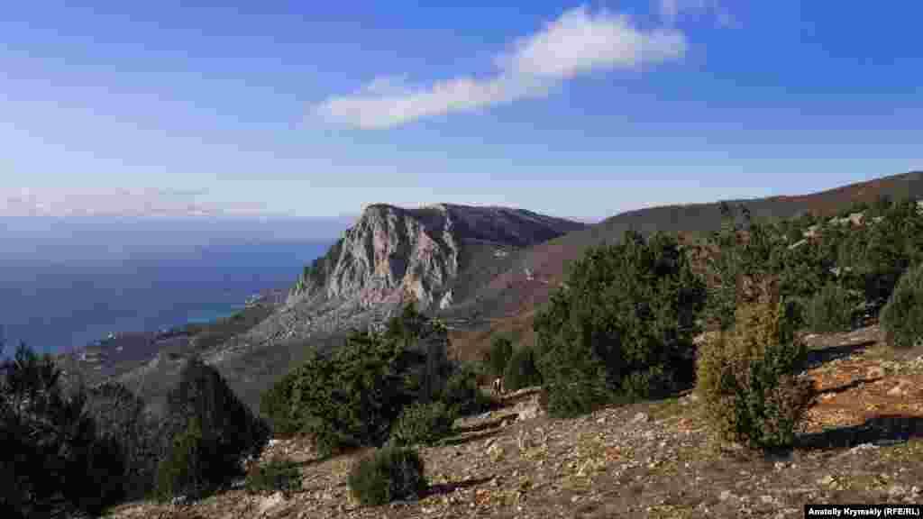 Вершини Куш-Кая і Ільяс-Кая підносяться над Форосом із заходу