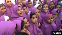 Школьницы в иранском городе Керман. 25 октября 2016 года.