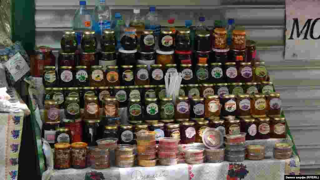 Dereniñ başında bal, otlar, baharat, tatlı ve tatlılıqlarnı satqan tükânçıqlar bar