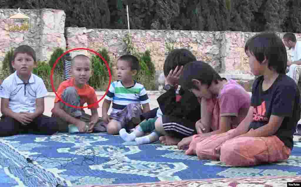 На видеозаписи о «казахских джихадистах в Сирии» показаны дети, читающие аяты из Корана и стихотворения. В редакцию Азаттыка обратился человек, который сказал, что узнал двоих детей на видео. Попросив не указывать его имени, он сообщил, что в сюжете показаны восьмилетний Динмухамед (в красном круге) и шестилетний Абилькаир - сыновья его родственницы, жительницы города Жетысай Южно-Казахстанской области Мадины Мырзахановой.