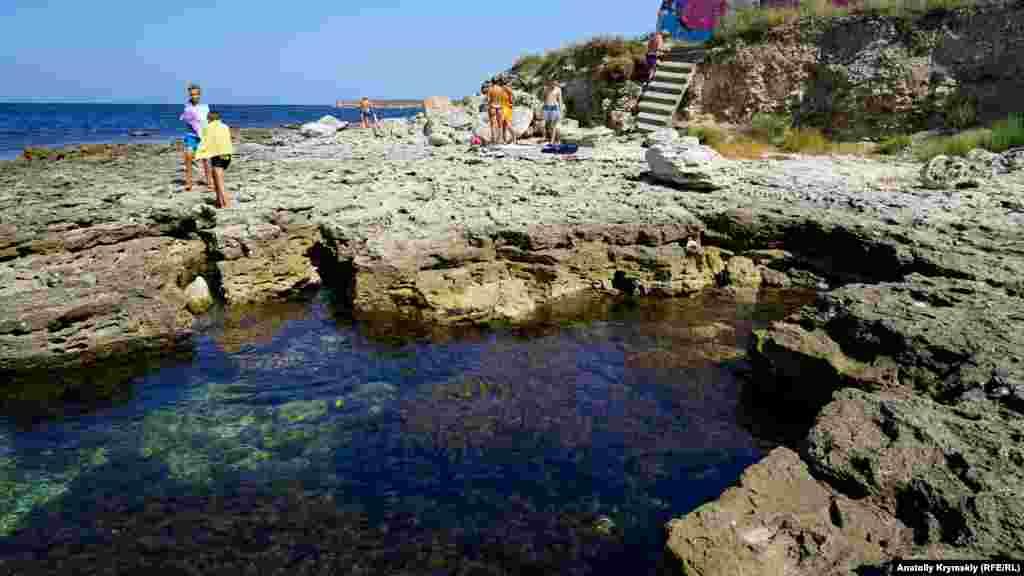 Каменистый берег бухты Узкая «надкусило» море