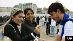 14 октября, 2010 год. Активист на улицах Грозного призывает жителей чеченской столицы принять участие во всероссийской переписи населения