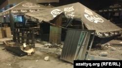 """После беспорядков рядом с торговым центром """"Прайм Плаза"""". Алматы, 31 августа 2013 года."""