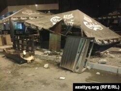 На месте беспорядков в центре «Прайм Плаза» после срыва концерта Кайрата Нуртаса. Алматы, 31 августа 2013 года.