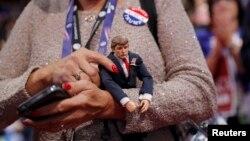Делегат Республиканской партии с куклой Трампа