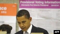 باراک اوباما به هنگام انداختن رأی به صندوق در انتخابات ریاست جمهوری پاییز ۸۷