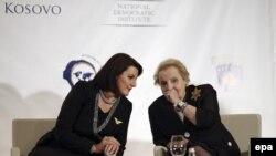 Atifete Jahjaga, presidente e Kosovës dhe Madeleine Albright, ish-sekretare amerikane e shtetit, gjatë ceremonisë së hapjes së Samitit Ndërkombëtar të Gruas në Prishtinë