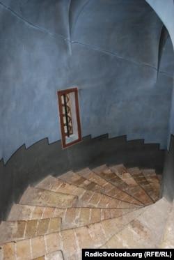 Гвинтові внутрішні сходи церкви