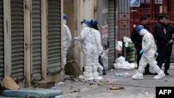 Эксперты-криминалисты и полицейские в пригороде Парижа. 19 ноября 2015 года.