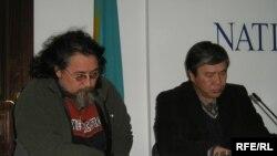 Нұрлан Далбай (сол жақта) және Қазбек Жарылғапов, «Қазақ елі» монументінің ауторлары. Алматы, 16 қараша 2009 жыл.