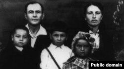 Сім'я Ганієвих, зліва направо: батьки Іззет і Айше, діти Шевкет, Діляра і Нусрет. Марійська АРСР, селище Суслонгер. 25 травня 1945 року