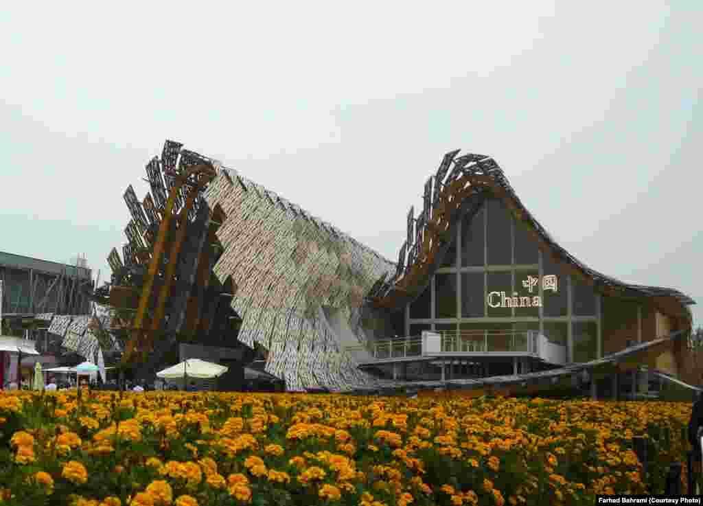 چین در کنار ایتالیا از بزرگترین غرفه های حاضر در نمایشگاه است . معماری غرفه چین برگرفته از خانههای کشاورزان چینی در ابعاد غولآسا است .