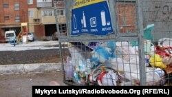 Влада Києва запевняє: щодня вивозять понад 3,6 тисяч тонн сміття, працюють 4 тисячі двірників