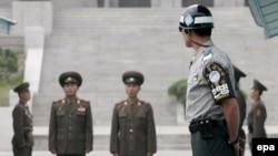 سربازان کره جنوبی (نفر جلو) و کره شمالی، در منطقه حائل