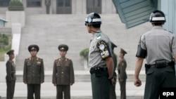 سربازان کره شمالی و کره جنوبی در نوار مرزی دو کشور.