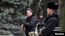 Вооруженные моряки Черноморского флота России блокируют украинских пограничников в Севастополе