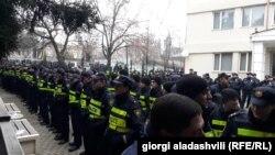 Полицейский кордон у здания гурджаанского суда