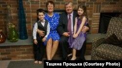 З мужам Зьмітром і ўнукамі