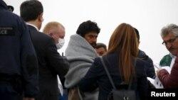 Чоловіка-мігранта (у центрі) супроводжують до судна, яке поверне його в Туреччину, грецький острів Лесбос, 8 квітня 2016 року