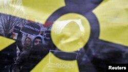 معترضان به برخورداری از سلاحهای هستهای هر ساله تظاهرات و تجمعاتی را (در تصویر در آلمان) در مخالفت با آن انجام میدهند. سازمان ملل طی یک ماه گذشته میزبان نشستی در این مورد بوده است.
