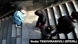 ქუჩაში მცხოვრები და მომუშავე ბავშვი ერთ-ერთ მიწისქვეშა გადასასვლელში