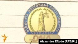 Emblema DNA de la sediul din București al instituției.