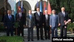 Во время неформального саммита СНГ на 60-летнем юбилее президента Украины Виктора Януковича (в центре), Ялта, 10 июля 2010