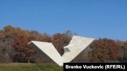 Spomenik streljanim đacima i profesorima u Spomen parku u Šumaricama