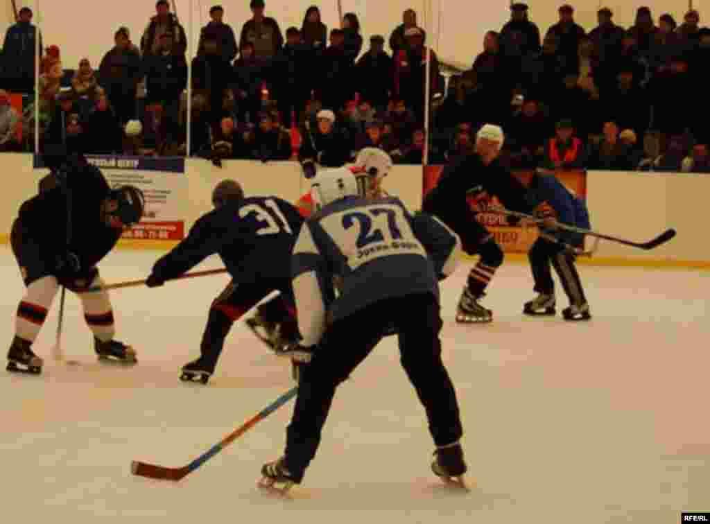 Бул хоккей боюнча Бишкекте биринчи жолу өткөрүлгөн чемпионат. - Первый открытый чемпионат по хоккею в Бишкеке.