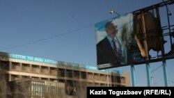 Пострадавший во время Жанаозенских событий плакат с портретом президента Нурсултана Назарбаева. Город Жанаозен Мангистауской области, 19 декабря 2011 года.
