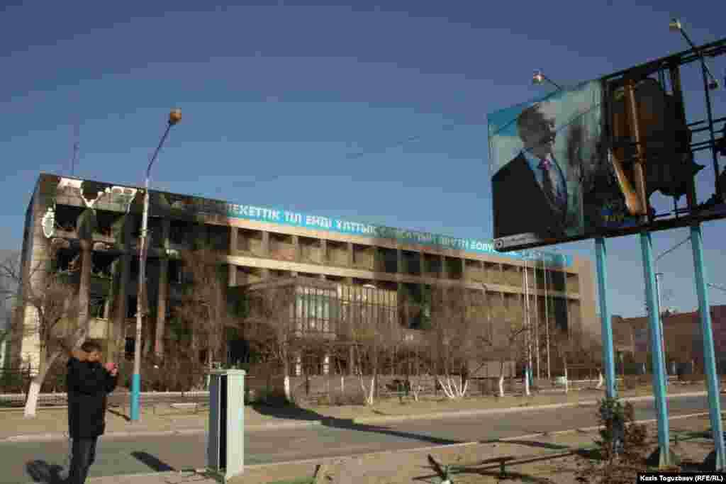 Пострадавший во время трагических событий плакат с портретом президента Нурсултана Назарбаева в городе Жанаозене. 19 декабря 2011 года.