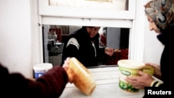 Skoro 18 posto stanovništva u Bosni i Hercegovini živi s primanjima nižim od 117 eura mjesečno. (Fotografija iz jedne od narodnih kuhinja u BiH)