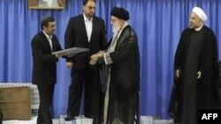 Аятола Алі Хаменеї (с) приймає від Махмуда Ахмадінежада (л) грамоту про президентські повноваження, щоб передати її Хасанові Роугані (п), офіційне фото, Тегеран, 3 серпня 2013 року
