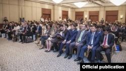 Бишкектеги Кыргызстан-АКШ бизнес форумунун катышуучулары. 11-июль, 2017-жыл.
