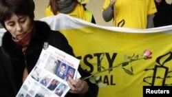 Францияда тұратын құқық қорғаушы Надежда Атаева Өзбекстан президенті Ислам Кәрімовтің Европа одағы астанасына келуіне қарсылық білдірген акцияға қатысып тұр. Брюссель, 24 қаңтар 2011 жыл.