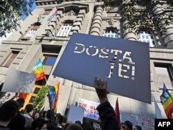 Gej aktivisti na protestu ispred Vlade Srbije nakon zabrane Parade ponosa, 19. oktobar 2011.