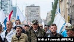 Bivši borci marširaju ulicom Obala Maka Dizdara u Sarajevu, 5. septembar 2018.